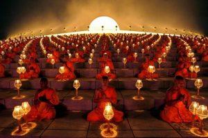 Буддийские монахи остригают волосы